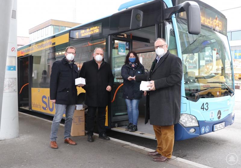 v. l.: Ordnungsamtsleiter Erik Linseisen, Stadtwerkegeschäftsführer Uwe Horn, Busfahrerin Daniela Arriens, Oberbürgermeister Jürgen Dupper