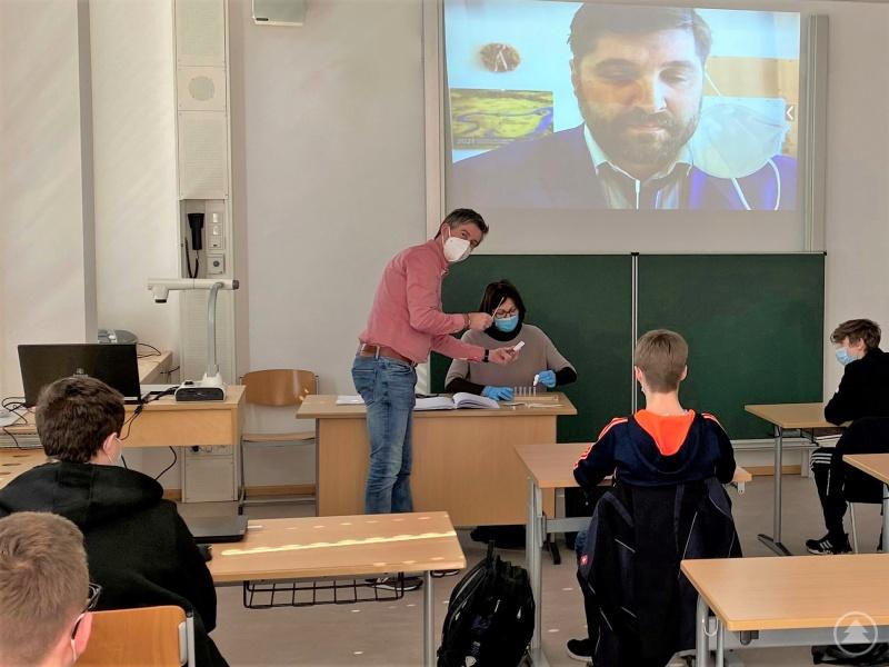 Studienrätin Maria Braml und Zweiter Konrektor Rainer Andorfer bereiten unter Anleitung des Schulleiters Ferdinand Klingelhöfer die Covid19-Selbtstests für die Abschlussschüler vor.