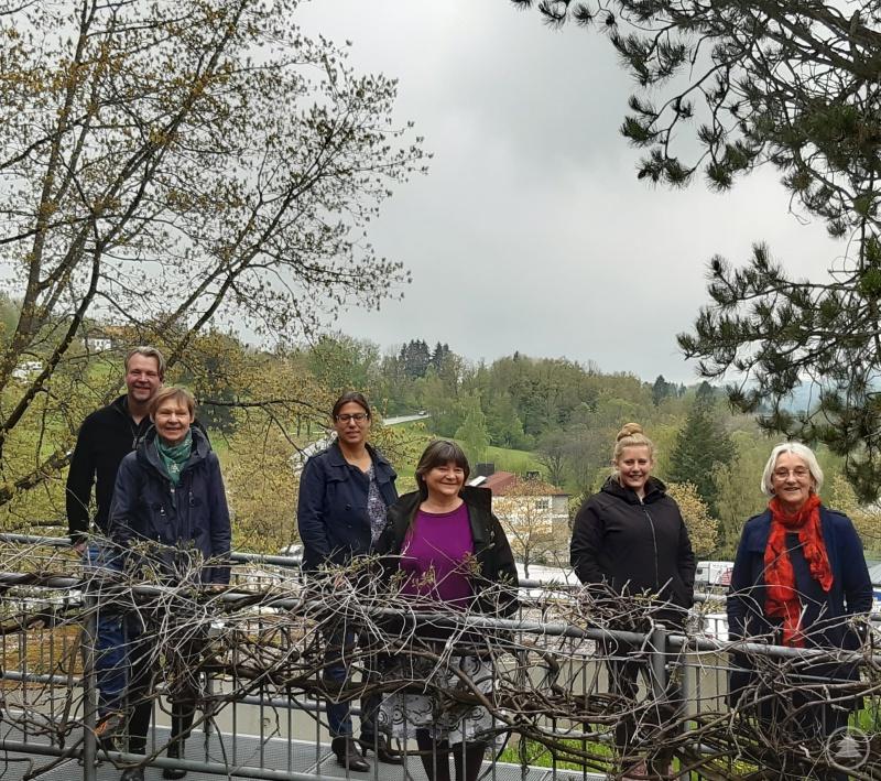 Aloisia Rothenwührer (Fachgebietsleitung, vorne rechts) und das Team der Caritas Erziehungsberatungsstelle.