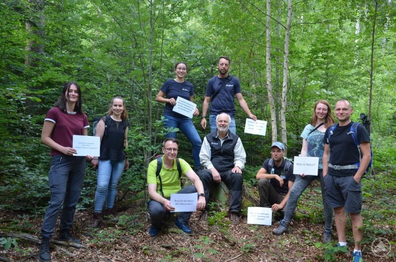 Lukas Laux, Umweltbildungsreferent vom Nationalpark (Mitte), Johannes Matt vom Naturpark (3.v.r.) und Jens Krollmann von der Commerzbank (3.v.l.) freuten sich über das Engagement der Praktikanten für die Natur