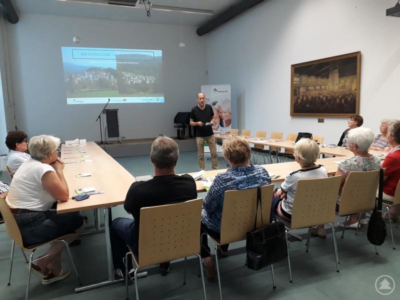 Projektleiter Dietmar Jakob ermutigte zur Nutzung von Handy, Laptop & Co. und versprach den Senioren Hilfe für den Einstieg.