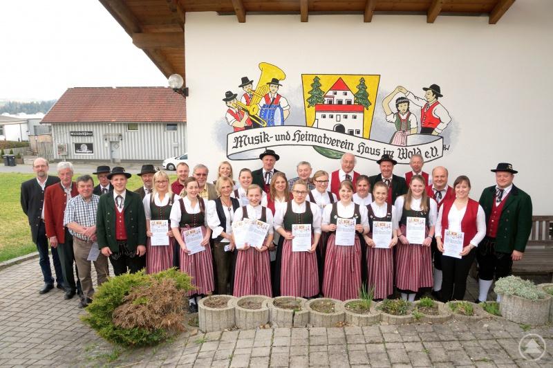 Die geehrten aktiven und passiven Mitglieder des Musik- u. Heimatverein Haus i. Wald (Grafenau/Ndb.) mit dem 1. Vorstand Stefan Behringer (rechts), Stadtrat Er-win Liebl (1.v.L.), 3. Bürgermeister Grafenau Andreas Eibl (2.v.L), 2. Vorstand Tobias Bauer (5.v.L.) und dem 1. Gauvorstand des Dreiflüsse-Trachtengau Passau (6.v.L) Besonders freuten sich die Sängerinnen des Kinder- u. Jugendchores die zum 10 Jährigen Bestehen des Chores geehrt wurden.