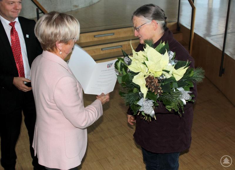 Verabschiedet wurde auch Dagmar Spiewok (re.), sie bekam von Rita Röhrl ein Geschenk und Blumen.