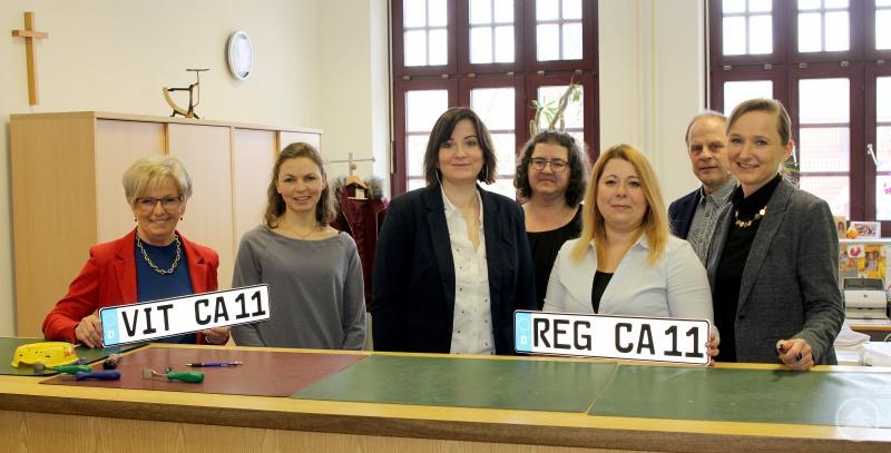Sie freuen sich auf die ersten VIT-Kennzeichen (v.li.): Landrätin Rita Röhrl, Abteilungsleiterin Lisa Limmer, Bianca Schiller, Zulassungsleiterin Christa Bushi, Monika Haimerl, Sachgebietsleiter Fred Huy und Judith Wurzer.