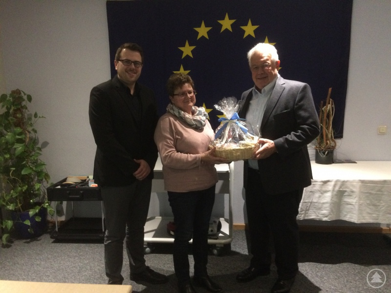 Dr. Robert Hartel (rechts) wurde von der LAG-Vorsitzenden Katharina Zellner und Geschäftsführer Tobias Wittenzellner aus dem LAG-Beirat verabschiedet. Für ihn rückt der neue Vorsitzende des Wirtschaftsforums Regen e.V., Franz Hollmayr, nach.