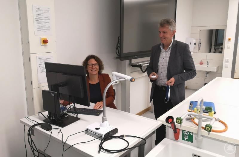 (v. l.) Schulleiterin Dr. Nadiane Kreipl und MdL Prof. Dr. Gerhard Waschler in einem modern ausgestatteten Fachraum des Gymnasium Untergriesbach.