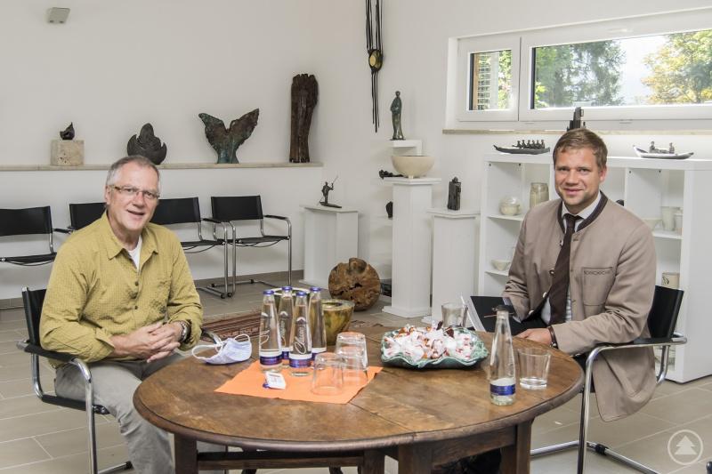 Bezirkstagspräsident Dr. Olaf Heinrich im Gespräch mit Künstler Lothar Blitz in dessen Galerie in Zenting.