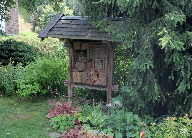 Das große Insektenhotel in Lukaschiks Garten wird von den Tieren gut angenommen.