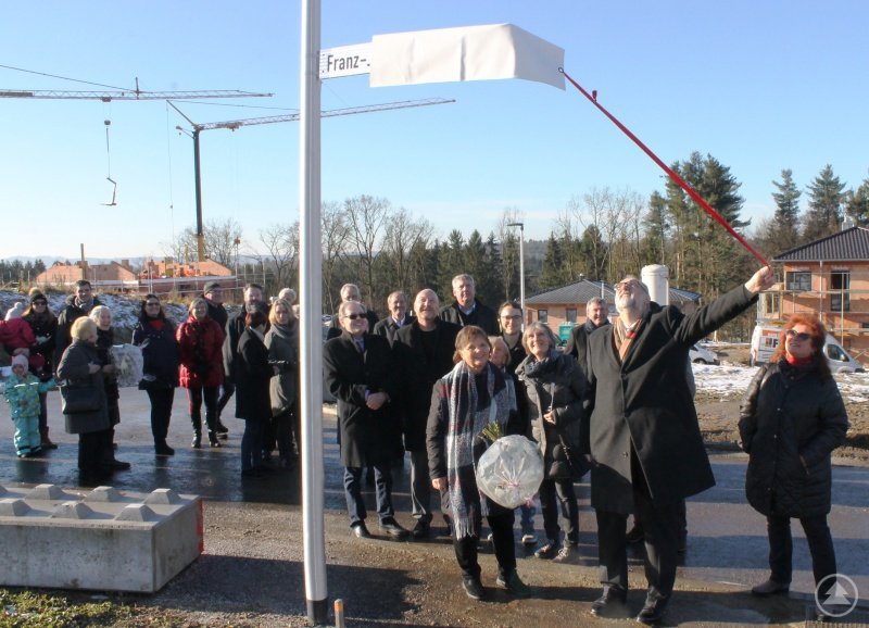 Oberbürgermeister Jürgen Dupper präsentiert das Schild für die Franz-Josef Streibl Straße.