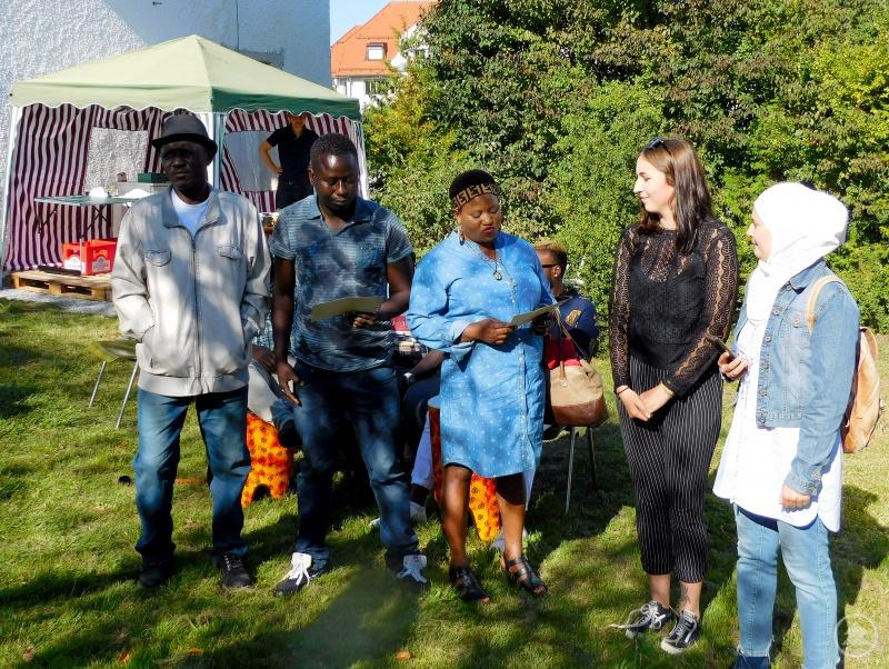 Veronika Probst (2.v.re.) begrüßte mit (v.li.) Sheku Sheriff, Cheik Diarra, Rosemary Kehinde Solomon und Inas Mohammed die Teilnehmer.