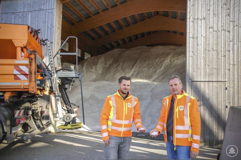 Die Salzlager sind gefüllt, die Maschinen gewartet und instandgesetzt: Sachgebietsleiter Alexander Bauer und der Leiter des Kreisbauhofs Thomas Eder (von links) blicken dem anstehenden Winter zuversichtlich entgegen.