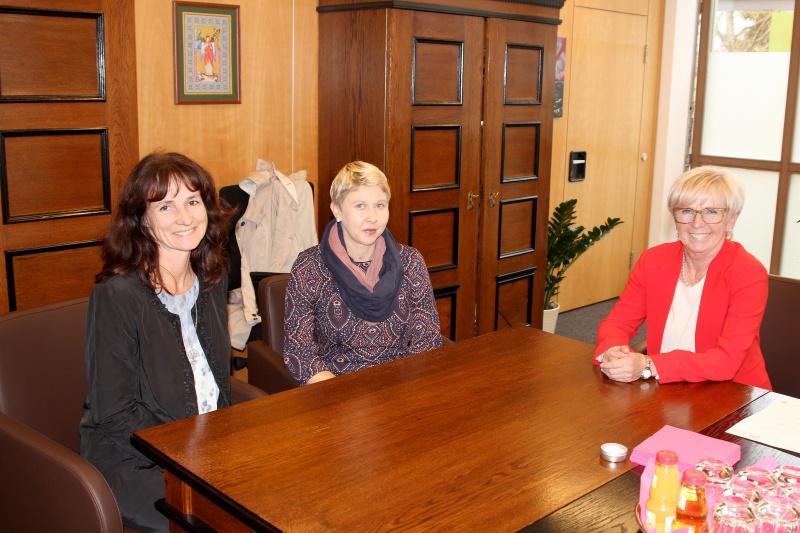 Die neue Rektorin Birgit Heigl-Venus (v.li.) und ihre Stellvertreterin Christina Riedl-Pradel sprachen mit der Landrätin über das SFZ Viechtach.