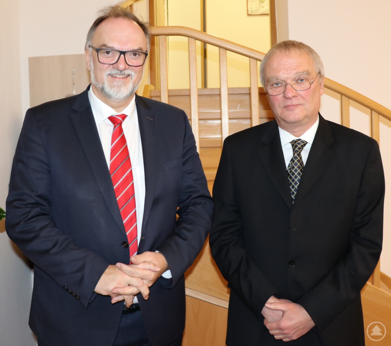Erinnerungsfoto im Rahmen der Ruhestandsversetzung: Oberbürgermeister Jürgen Dupper (links) und Dr. Jörg-Peter Niemeier.