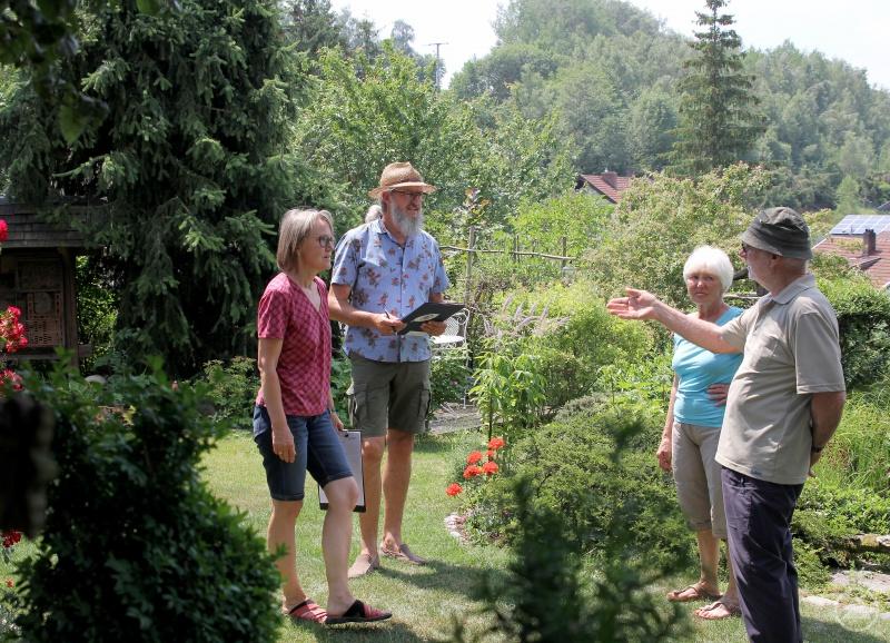 Rosemarie Wagenstaller (v.li.) und Klaus Eder sprachen mit Edith und Günter Lukaschik über die Pflegearbeiten im Garten.