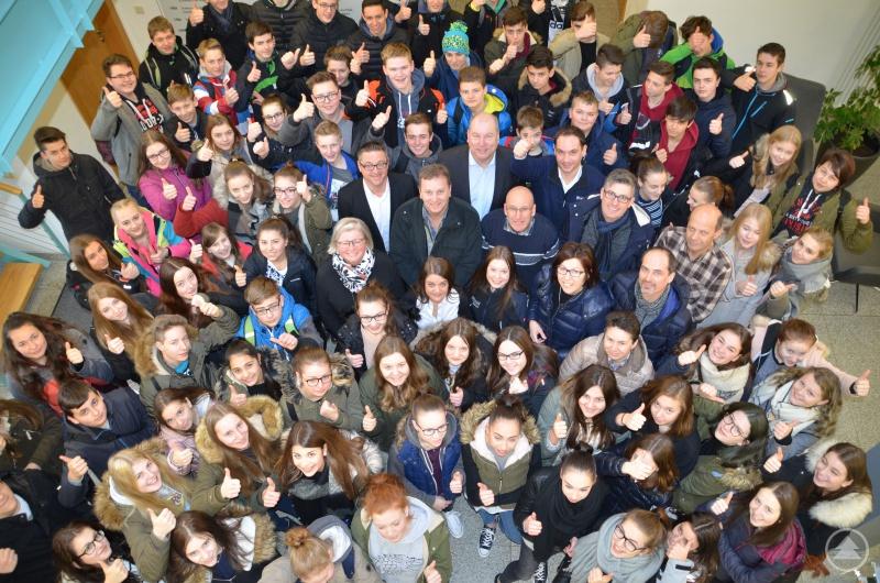 Freuten sich über einen gelungenen Azubi-Informationstag: 90 Realschüler mit ihren Lehrkräften und den Organisatoren der drei Firmen SEDLBAUER AG, Komax und SLE.