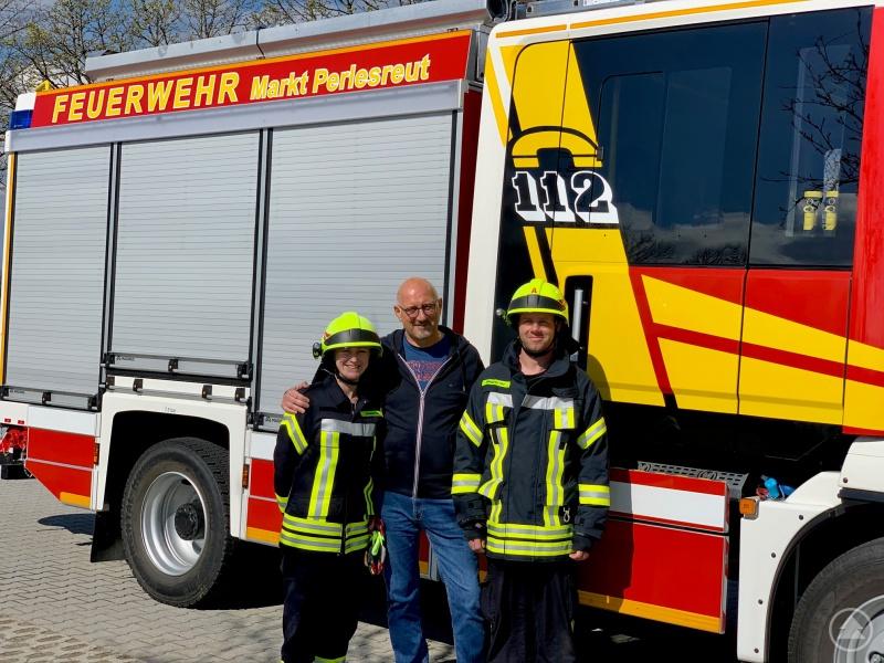 Eibl (mitte) mit seiner Mitarbeiterin Simone Hannen (links) und dem Kommandanten der FF Markt Perlesreut Christian Wagner (rechts). Eibl fördert auch den aktiven Dienst bei seinen Angestellten und unterstützt dies. Bild aus Archiv 2019