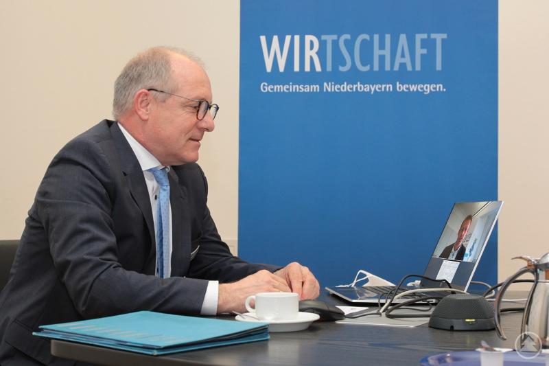 IHK-Präsident Thomas Leebmann leitete die virtuelle Sitzung der Vollversammlung - hier beim Vortrag von Dr. Stefan Mang zur Bürokratiestudie