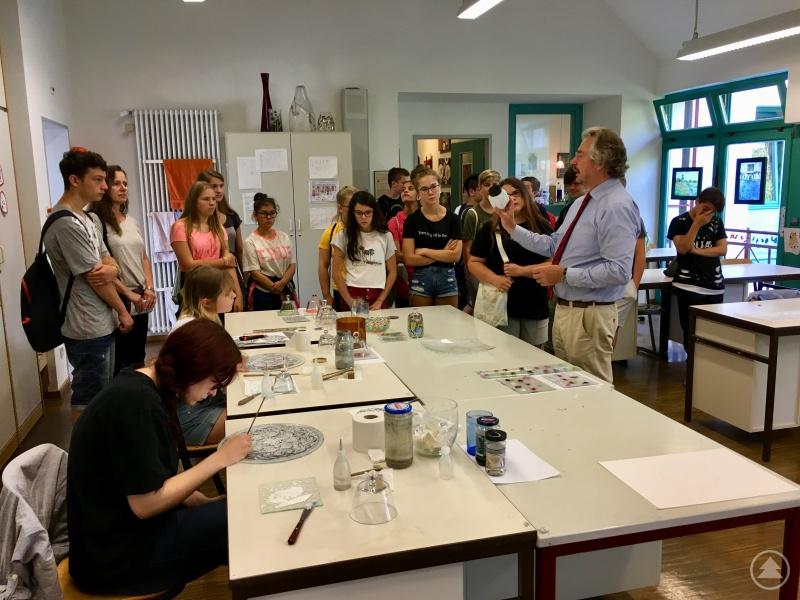 Schulleiter Hans Wudy (2. v.r.) gab den Mittelschülern und Klassenleiterin Sabine Stoiber (2. v.l.) einen Einblick in die verschiedenen Ausbildungsberufe des schulgeldfreien Bildungszentrums für Glas.