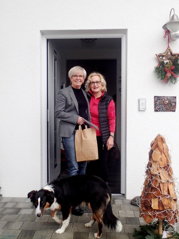Landrätin Rita Röhrl (links) bei der Geschenkübergabe an Heidemarie Horenburg. Horenburg ist im Hospizverein Zwiesel-Regen engagiert.