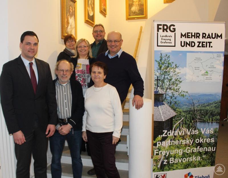 Landrat Sebastian Gruber zusammen mit der Delegation aus Třeboň und Mitarbeitern des Landratsamtes im Museum Jagd Land Fluss im Schloss Wolfstein.