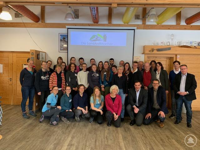 Die 20 Studierenden des Exzellenten Winter 2019 bei der Eröffnungsveranstaltung zusammen mit den Landräten der Landkreise FRG und REG, Vertretern der AOK Bayern, teilnehmenden Ärzten und den LandArztMachern.