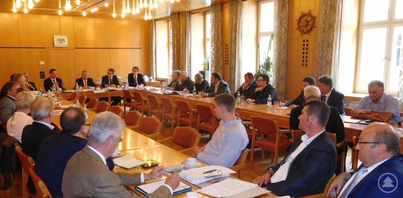 Landrat Sebastian Gruber mit seinem Passauer Amtskollegen Franz Meyer, Regierungsvizepräsident Dr. Helmut Graf, den Bürgermeistern der betroffenen Gemeinden in beiden Landkreisen und Vertretern des Finanzministeriums.