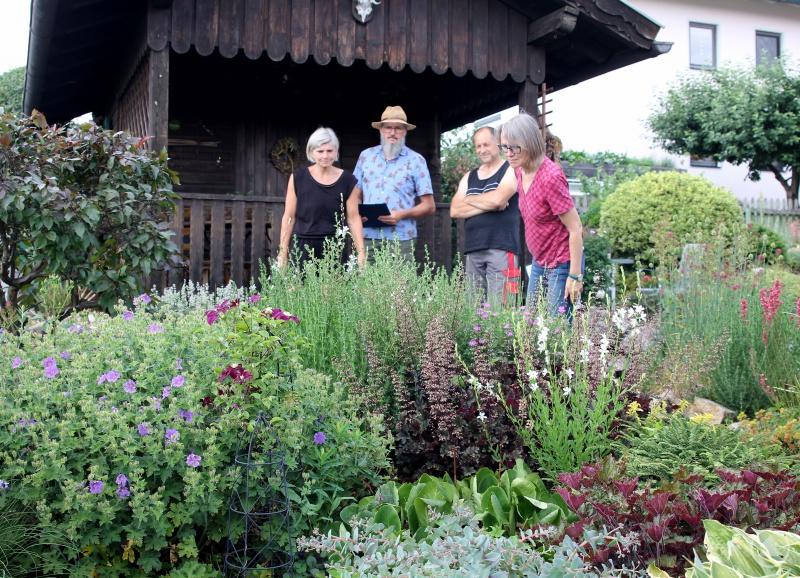 Was wächst in den Beeten? – Rosemarie Wagenstaller (re.) und ihr Kollege Klaus Eder (2.v.li.) waren stets kritisch. Sabine und Alois Wühr führten sie durch den Schaugarten in Schweinhütt und konnten dabei die Zertifizierer überzeugen, dass ihr Garten auch ein naturnaher ist.