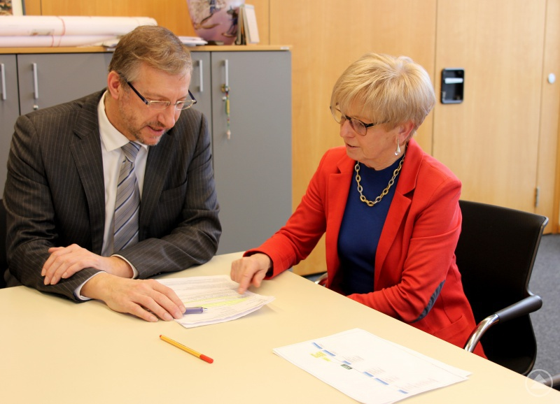 Landrätin Rita Röhrl und Bürgermeister Franz Xaver Steininger während des Gesprächs.