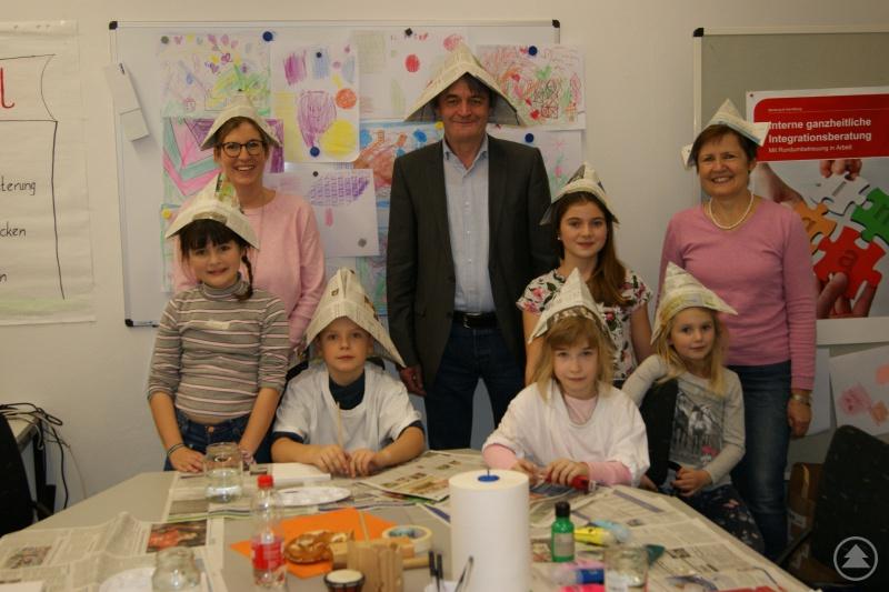 Dr. Klaus Stein (Mitte), Vorstand der Geschäftsführung Agentur für Arbeit Passau, zusammen mit den Organisatorinnen des Kinder-mit-bring-Tages und den Kindern.