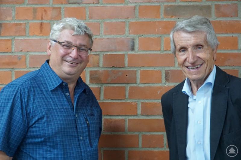 Am 14. Juli 2020 übergab Prof. Dr. Walter Schweitzer (rechts) das Amt des 1. Vorsitzenden der Sektion Passau des DAV kommissarisch an Lothar Schramm (links). Schweitzer war 25 Jahre Vorsitzender des Passauer Alpenvereins.