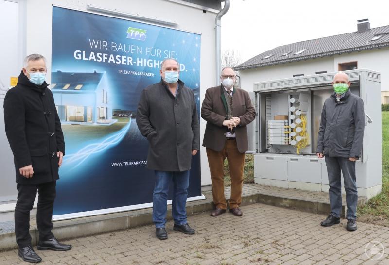Das Baugebiet Thann hat die Telepark Passau GmbH bereits mit Glasfaser erschlossen. Die Geschäftsführer Uwe Horn (Foto, 2. von links) und Thomas Greiner (rechts) gewähren Oberbürgermeister Jürgen Dupper (3. von links) und Wirtschaftsreferent Werner Lang (links) einen Einblick in den Verteilerkasten.