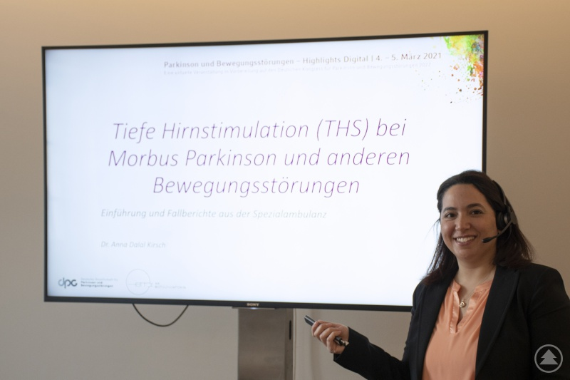 Die Referentin Frau Dr. Anna-Dalal Kirsch berichtet über ihre Erfahrungen und Fallbeispiele mit schwer therapierbaren Bewegungsstörungen wie z.B. Parkinson.
