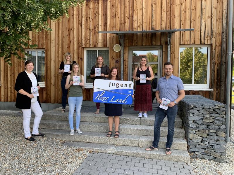 Die Jugendbeauftragten und ILE-Geschäftsführerin Corina Molz trafen sich im KuK in Schönberg, um die gedruckten Ferienkalender und Sponsorengeschenke untereinander aufzuteilen.