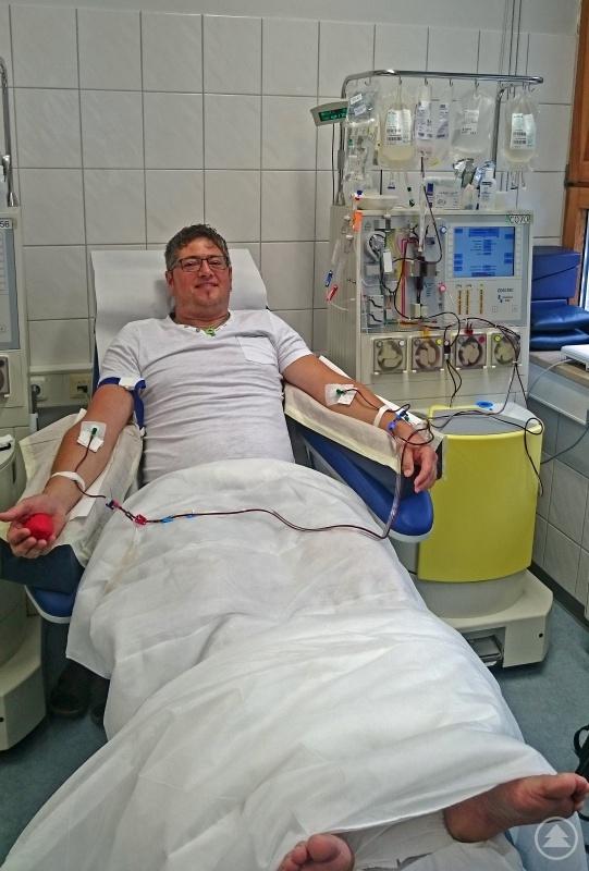 Andreas Hackl während der Stammzellenspende. Bei einer Art Dialyse werden die Stammzellen aus dem Blut zentrifugiert.
