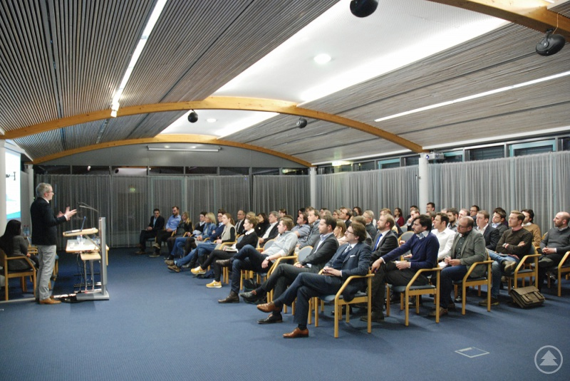 Rund 80 Wirtschaftsjuniorinnen und –junioren verfolgen interessiert den Ausführung von Tobias Weilandt, Senior Account Strategist beim Google Partners Programm in Hamburg