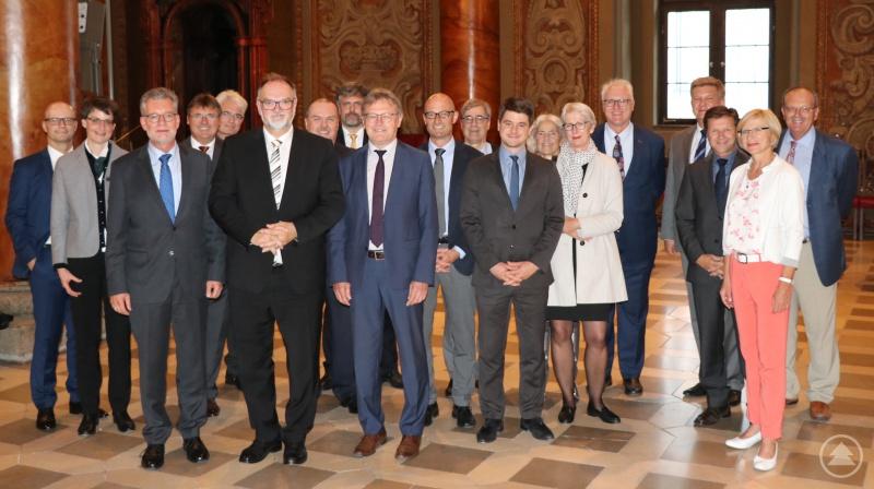 Oberbürgermeister Jürgen Dupper begrüßt (6. v. links) gemeinsam mit Ministerialdirigent Walter Gremm (3. v. links) die Teilnehmer der Tagung der Abteilung Grund-, Mittel- und Förderschulen des Bayerischen Kultusministeriums.