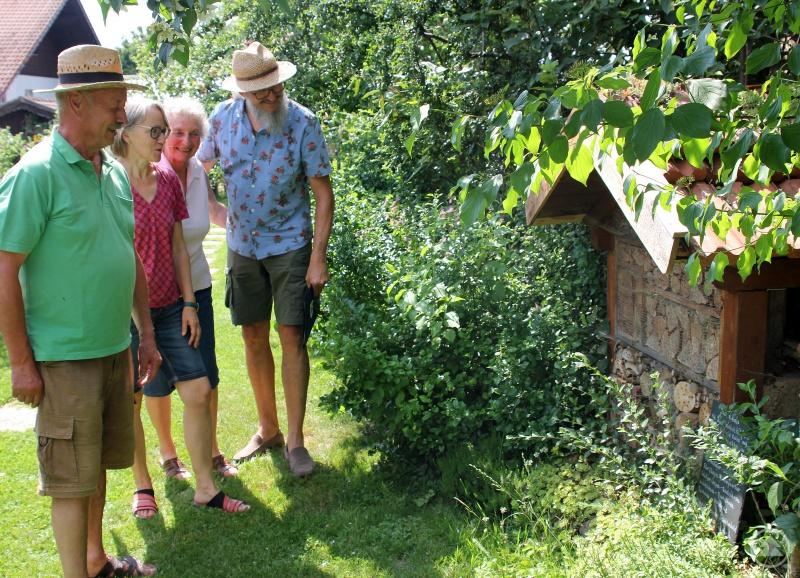 Im Garten von Hermann (li.)  und Roswitha Ruder (3.v.li.) bewunderten Rosemarie Wagenstaller und Klaus Eder das selbstgebaute Insektenhotel und die Bewohner.