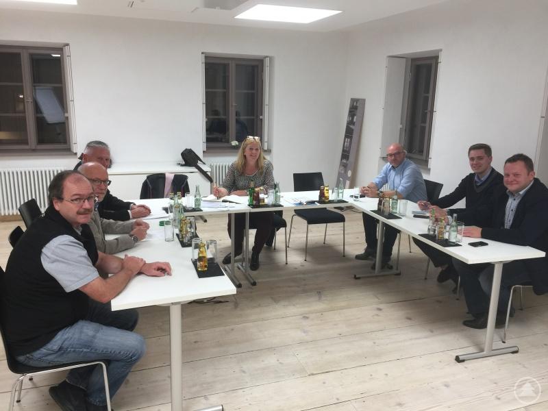 Die Vorsitzenden der Werbegemeinschaften und Projektkoordinatorin Gabriele Bergmann (Mitte), die das Treffen organisiert hatte (v.li.n.re): Freddy Michetschläger (Perlesreut), Georg Lipp (Röhrnbach), Manfred Niggl (Perlesreut), Josef Lang (Schönberg) und Johannes Müller sowie Stefan Behringer (beide Grafenau).