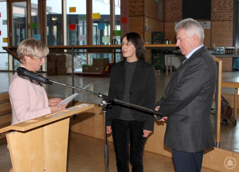 Landrätin Rita Röhrl (li.) nahm den beiden neuen Kreisräten Eva Bauernfeind und Hugo Singer den Eid ab.