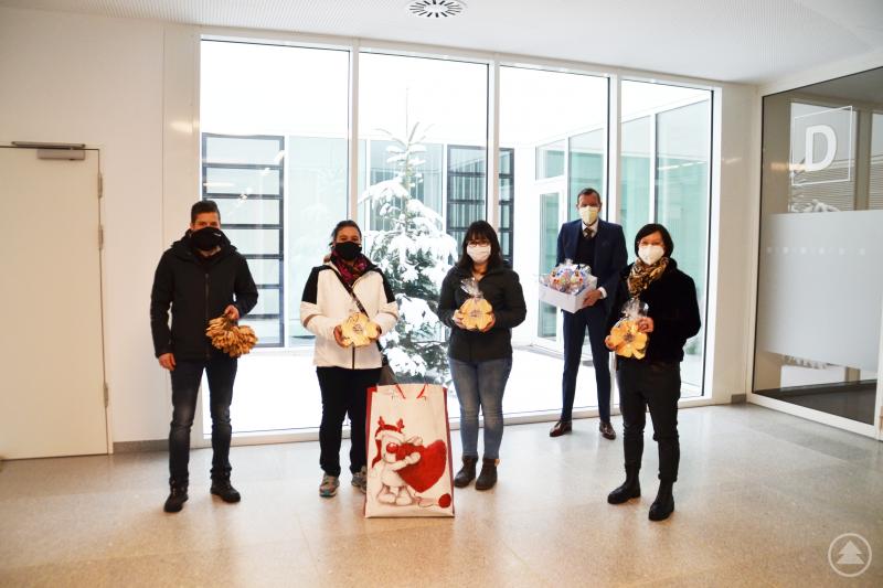 Nadine Eiler (l.), Bettina Fisch (2. v. l.) und Annika Gibis (m.) übergeben Geschäftsführer Marcus Plaschke (2. v. r.) und Betriebsrätin Daniela Kandlbinder (r.) ihre Spenden
