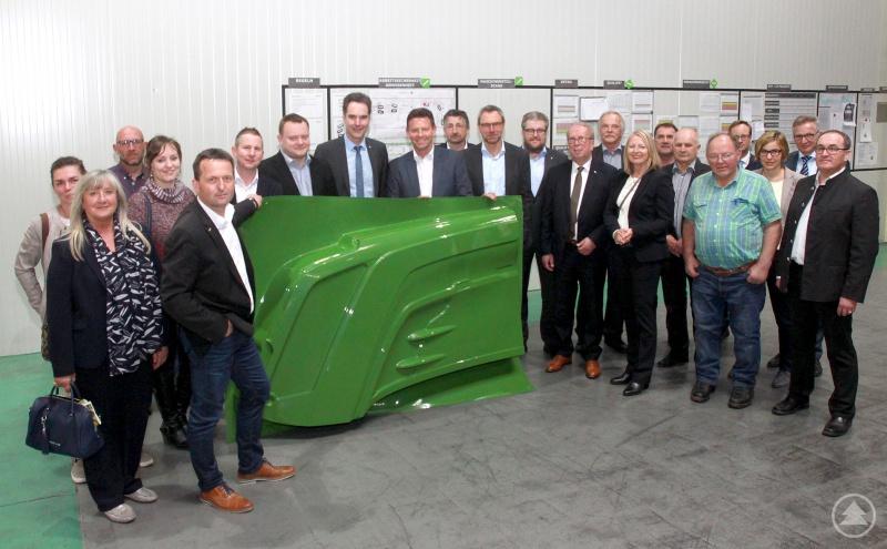 Bei einem Firmenrundgang erklärte Parat-Geschäftsführer Martin Kremsreiter (5. von links) seinen Gremiumskollegen um den Vorsitzenden Alois Atzinger (10. von rechts) und IHK-Hauptgeschäftsführer Alexander Schreiner (8. von links), wie eine Motorhaube für Traktoren montagefertig entsteht.