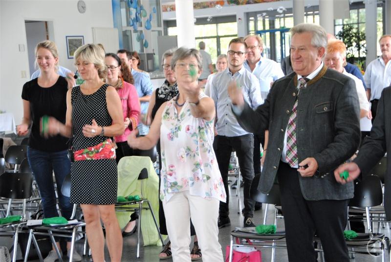 Hatten sichtlich Spaß beim Jonglieren: LAG-Managerin Dr. Ursula Diepolder, BLSV-Vorsitzende und stellv. Landrätin Gerlinde Kaupa und Landrat Franz Meyer.