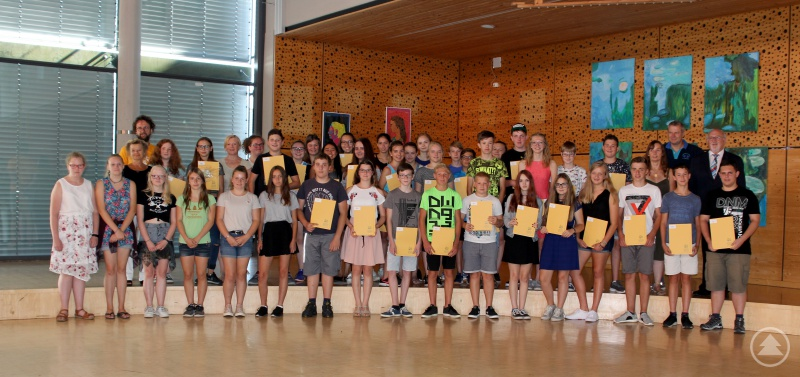 Die geehrten Schülerinnen und Schüler mit dem stellvertretenden Landrat Erich Muhr.