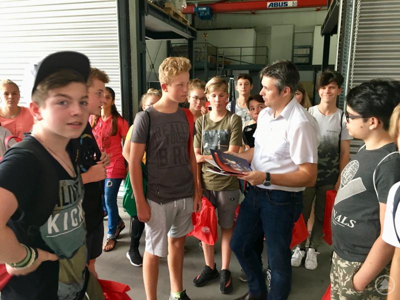 Technischer Leiter Markus Schreder (3. v.r.) erläuterte die Konstruktionsabläufe von Glasschmelzöfen.