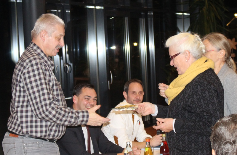 Anna Mitterdorfer (vorne) und Anita Moos danken Albrecht Bayer für seine Arbeit, sitzend (von links) Landrat Sebastian Gruber und Michael Atzinger, ÖPNV-Verantwortlicher am Landratsamt Freyung-Grafenau.