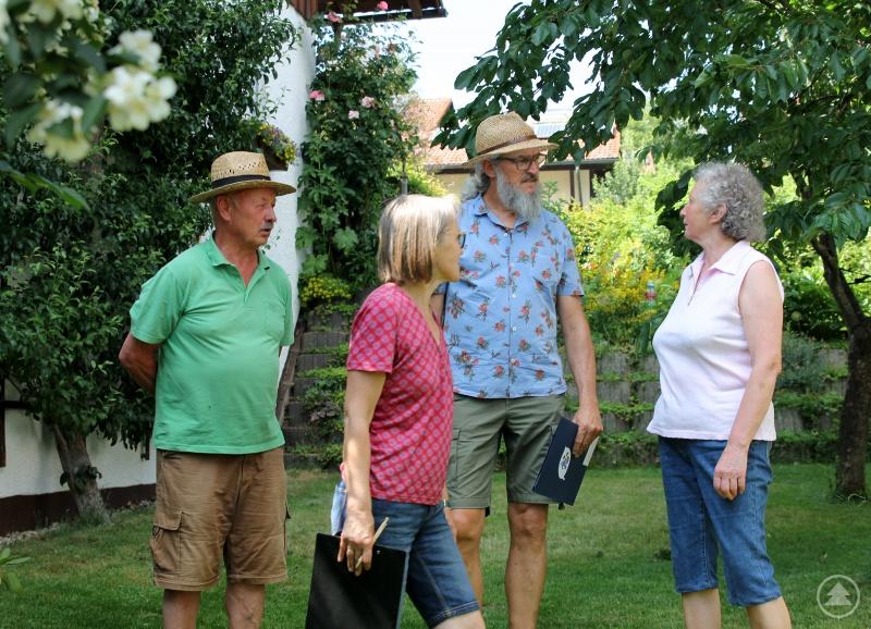 Hermann (li.) und Roswitha Ruder (re.) führten Rosemarie Wagenstaller und Klaus Eder durch den Garten. Im Hintergrund ist der besonders gelungene Spalierbaum zu sehen.