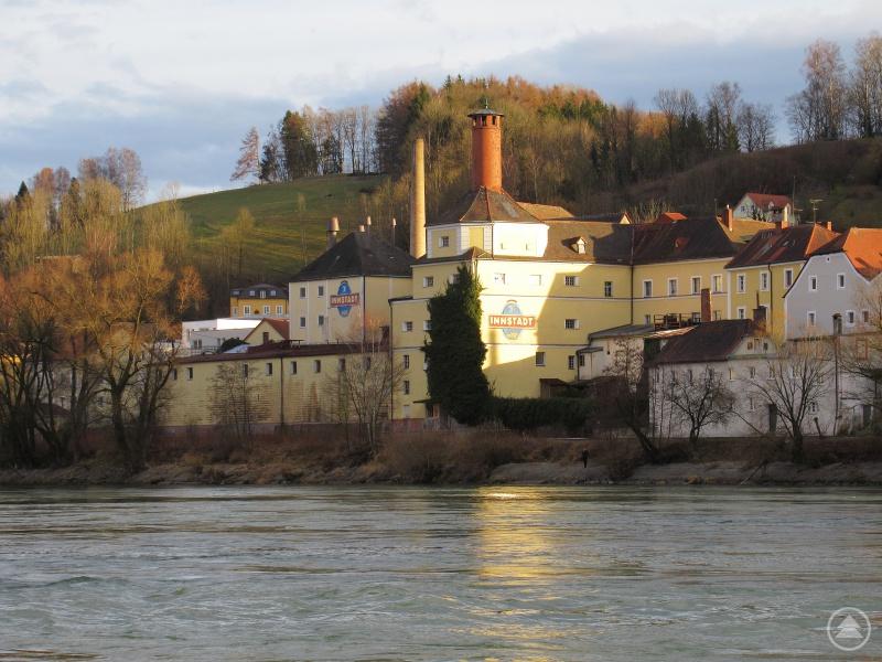 Ein Blick auf die Innstadt Brauerei direkt am Flussufer