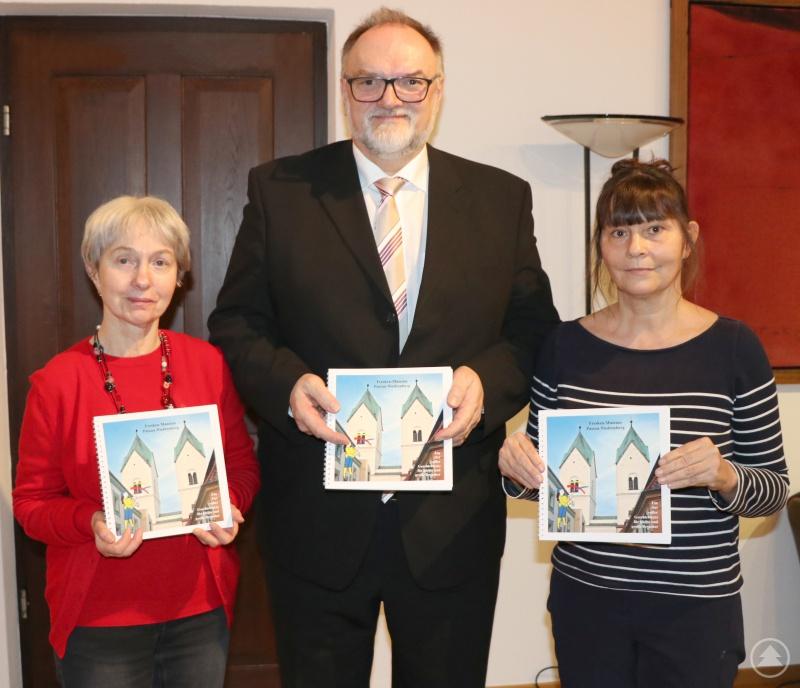Dr. Helen Ketter (rechts) und Anna-Luise Frischhut vom Verein zur Erhaltung und Präsentation der Niedernburger Fresken freuen sich über die Unterstützung von Oberbürgermeister Jürgen Dupper für den Museumsführer.