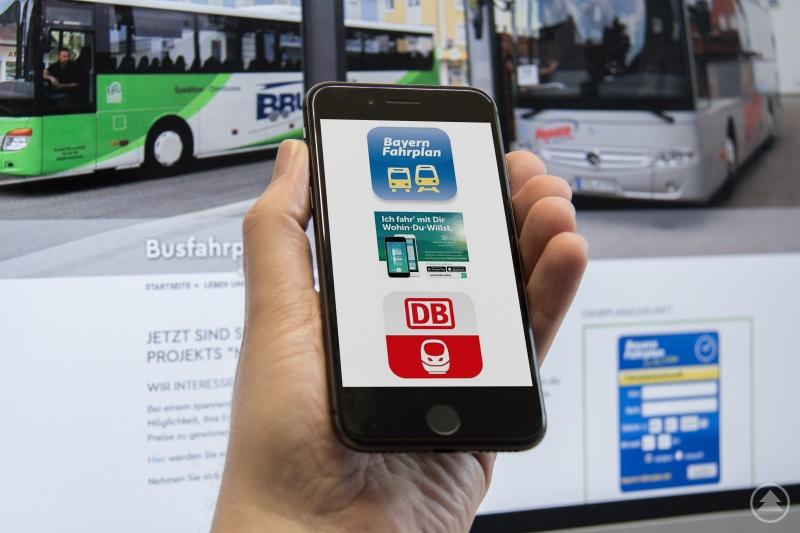 Schon seit Dezember 2019 sind die Fahrpläne der Buslinien im Landkreis im Bayern-Fahrplan online geschaltet. Mittlerweile sind sie auch über die Wohin-Du-willst App und den DB Navigator abrufbar. Man kann sich also über diese Apps und die entsprechenden Portale (wie bahn.de) seine Reise etwa von Regensburg nach Perlesreut oder von Waldkirchen nach München durchgängig planen lassen.