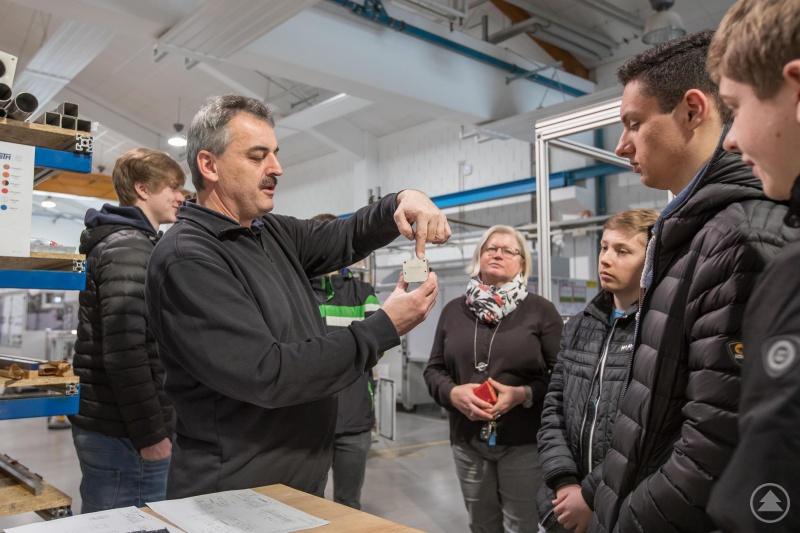 Armin Eiler erklärt im Beisein von Personalleiterin Helga Haydn den Schülern die Grundlagen der spanenden Verfahren und stellte das Berufsbild des Zerspanungsmechanikers anschaulich vor.
